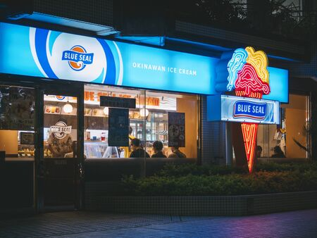 OKINAWA, JAPAN - SEP 2, 2019 : Blue Seal Okinawa ice cream shop famous brand Shop front with Neon sign.  Okinawa island Japan 新聞圖片
