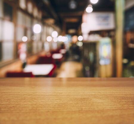 Table top wooden counter Blur Cafe restaurant seats interior background Foto de archivo