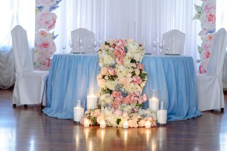 Decoraciones de boda. Tulipanes de primavera fresca y velas en vasos. Cubierto mesa festiva. Idea de la novia. Foto de archivo