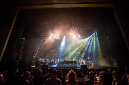 Kharkiv, Ucrania - 21 de mayo de 2019: Svyatoslav Vakarchuk con orquesta