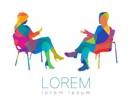 Le persone parlano. Sessione di consulenza o psicoterapia. Donna uomo che parla mentre era seduto. Profilo silhouette. Icona simbolo moderno. Segno di concetto di design. Arcobaleno luminoso e colorato.