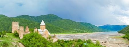 tbilisi: panorama del Castello con la Chiesa nella regione del Caucaso vicino a Tbilisi, Georgia