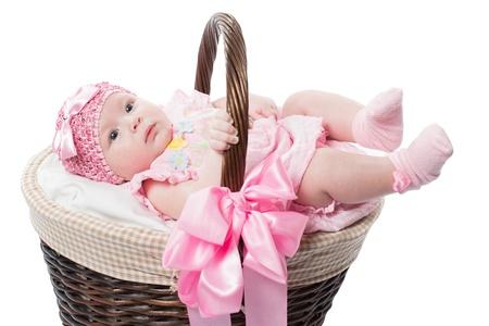 recien nacido: ni�a hermosa en una cesta en un fondo blanco aislado Foto de archivo