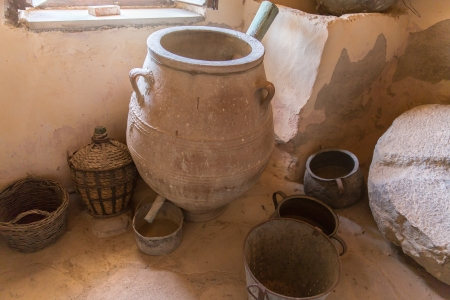 greek pot: Museo con reperti dell'antica ceramica greca e argilla (brocca, vaso, vaso) nel monastero in Messara Valley Creta, Grecia