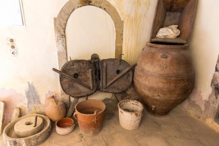 greek pot: Museo con reperti dell'antica ceramica greca e argilla (brocca, vaso, vaso) nel monastero in Messara Valley Creta, Grecia