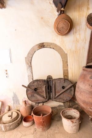greek pot: Ceramica greca e argilla (brocca, vaso, vaso) nel monastero di Messara Valle Creta, Grecia