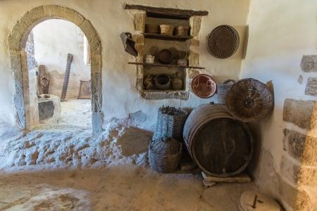 greek pot: Ceramica e argilla greca brocca, vaso, vaso nel monastero di Messara Valley Creta, Grecia