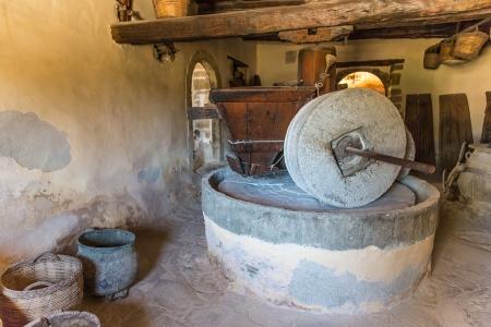 greek pot: Museo con reperti di antiche ceramiche greche e brocca di argilla, vaso, vaso in monastero in Messar� Valle Creta, Grecia