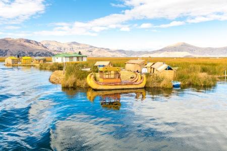 amerique du sud: Bateau anches traditionnelles lac Titicaca, au P�rou, Puno, Uros, Am�rique du Sud, des �les flottantes, couche naturelle de un � deux m�tres d'�paisseur qui soutiennent �les Banque d'images