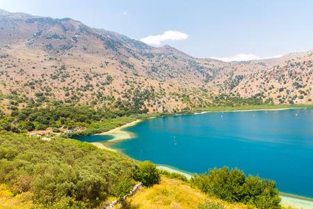 Süßwasser-See im Dorf Kavros in Kreta, Griechenland. Magische türkisfarbenes Wasser, Lagunen. Reisen-Hintergrund