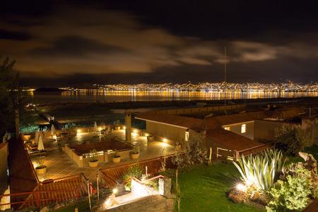 invitando: Hotel de lujo y acogedor patio y jard�n por la noche en el lago Titicaca, Per� en Am�rica del Sur Editorial