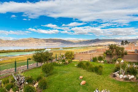 invitando: Hotel de lujo y bonito patio y el jard�n en el lago Titicaca, Per� en Am�rica del Sur Foto de archivo