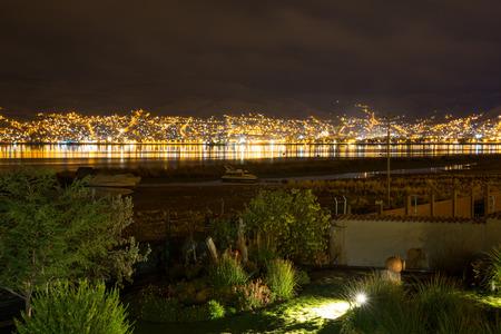 invitando: Hotel de lujo y acogedor patio y jard�n por la noche en el lago Titicaca, Per� en Am�rica del Sur Foto de archivo