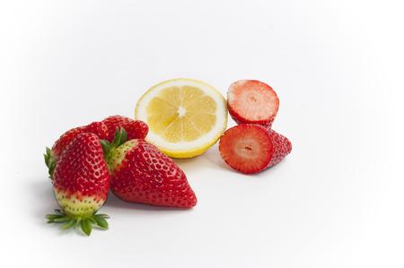 Stil: stil life of organic strawberries and lemon all cut