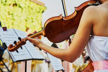violinista: El violinista juega en una mesa de buffet en la calle