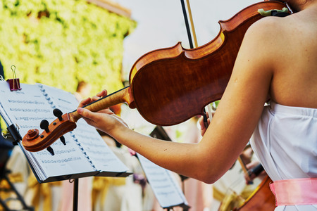 fiddlestick: The violinist plays on a buffet table in the street Stock Photo