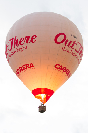 White and red hot air balloon flying with white background 新聞圖片