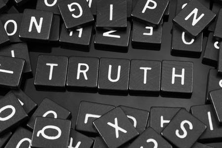Carreaux de lettres noires orthographiant le mot «vérité» sur un fond réfléchissant Banque d'images - 82542586