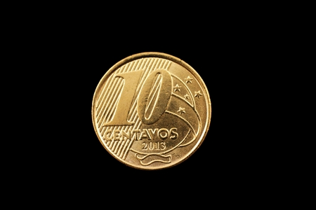 A super macro image of a 10 centavo Brazilian coin isolated on a black background Imagens