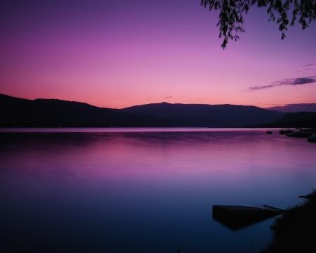Pink puesta de sol en el lago Okanagan
