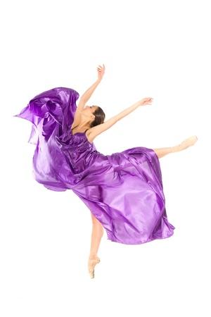 bailarin: bailarina de ballet en el salto de volar en los tejidos aislados sobre fondo blanco