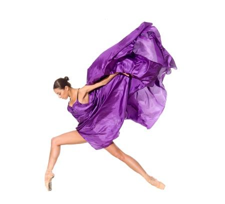 danza contemporanea: bailarina de ballet en el salto de volar en los tejidos aislados sobre fondo blanco