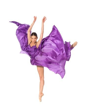 ballet danser in de vliegende sprong in de weefsels op een witte achtergrond