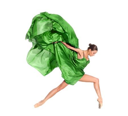 chicas bailando: bailarina de ballet en el salto de volar en los tejidos aislados sobre fondo blanco