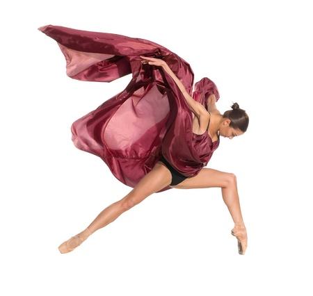 turnanzug: Ballett-T�nzerin im fliegenden Sprung in den Geweben isoliert auf wei�em Hintergrund