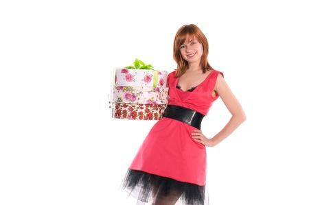 red haired girl: giovane e bella ragazza dai capelli rossi in scatole di partecipazione abito rosa con regali Archivio Fotografico