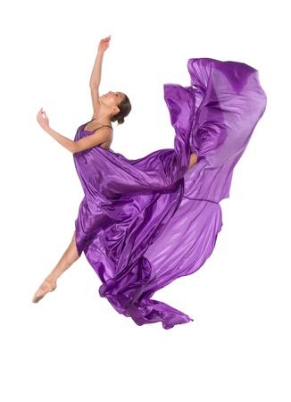 T�nzerIn: Ballett-T�nzerin in fliegenden Satin-Kleid isoliert auf wei�em Hintergrund