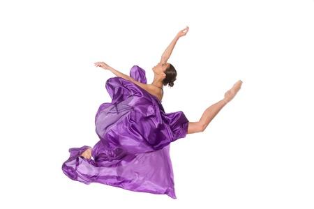 Ballett-Tänzerin in fliegenden Satinkleid auf weißem Hintergrund