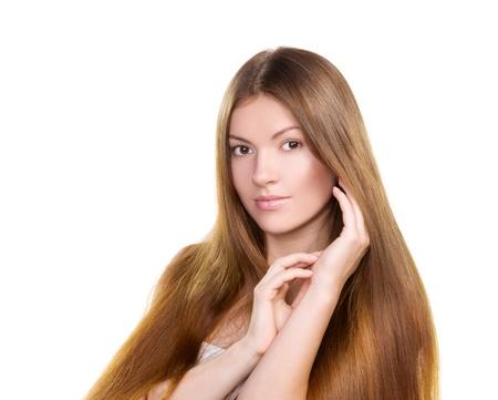 plan �loign�: Portrait belle fille avec de longs poils et la peau propre du visage - isol� sur fond blanc