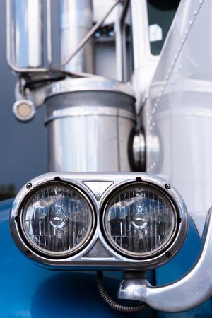 head light: Jefe de la luz de la antigua fasion gran plataforma cl�sico en color azul Foto de archivo