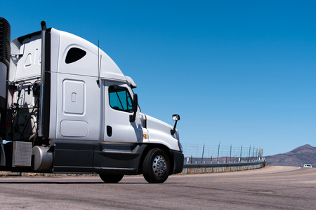 cabaña: Blanco camión va en el camino con valla de carretera, de montaña y el cielo azul Foto de archivo