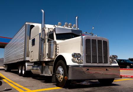 Couleur blanc camion semi-classique et remorque avec standig de chrome dans le stationnement Banque d'images - 25684127