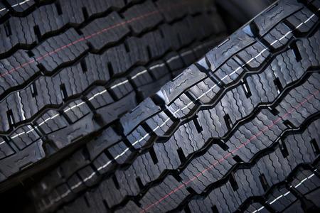 카메라에 설정되어 큰 트레드 타이어 세미 트럭에 대 한 두 개의 큰 새 타이어. 품질 관리 및 분류 후 입금 컬러 줄무늬로 표시 타이어. 스톡 콘텐츠