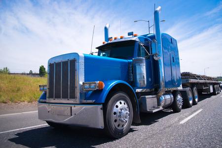 camion: Bonneted gran plataforma de camión semi azul clásico con accesorios cromados