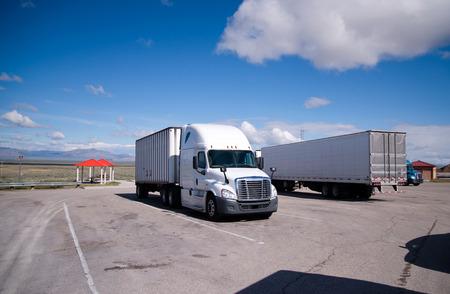 Improvised petit arrêt de camion avec quelques camions semi de marques et modèles différents avec des charges garés sur aire de repos, située le long de la route dans le Nevada au reste du passage sur les conducteurs de transport routier.