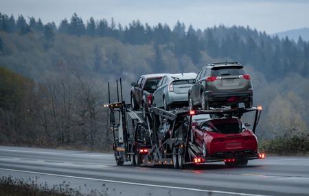 Le transport de voitures par semi-remorque à grande plate-forme permet à tous les concessionnaires d'assurer la vente ininterrompue de voitures neuves et d'occasion, garantissant ainsi la demande des consommateurs dans tous les États américains. Les camions effectuent le fret principal