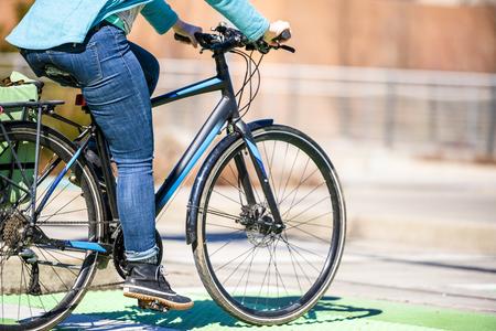 Of je nu naar je werk fietst of in het weekend gaat fietsen, sportief fietst of als fietsliefhebber zorgzaam bent voor het milieu, de fiets is in ieder geval altijd goed voor je gezondheid en een goed humeur Stockfoto