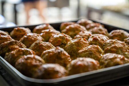Gelegte Frikadellen aus Bio-Fleisch und sorgfältig im Ofen gebackenen Gewürzen sind eine hervorragende Proteinquelle, die der Körper für eine gute Funktion sowie für den Genuss schmackhafter und nahrhafter Speisen benötigt