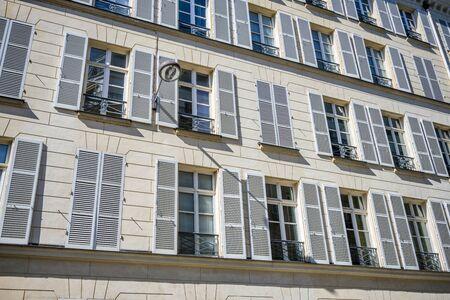 Case residenziali con bassorilievi scultorei, persiane in legno, balconi estemporanei e strutture aggiuntive all'attico attirano folle di turisti a Parigi con il loro fascino unico dello stile di vita francese