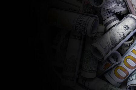 Billetes de dólares estadounidenses en efectivo Los billetes de varias denominaciones son solo instrumentos de oportunidades y deseos de usar el dinero para el bien o el mal, hacer el bien o ganar riqueza, comprar y vender, crear o destruir Foto de archivo
