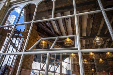 El interior original de un edificio ligero en el casco antiguo de París con techo de madera Foto de archivo