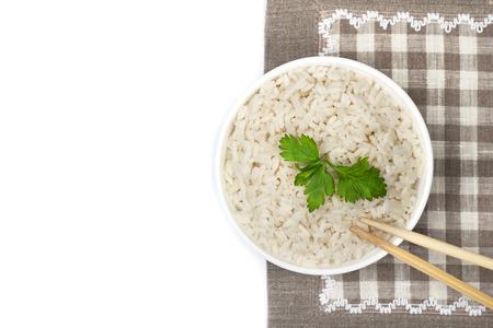 Assiette de riz cuit pour un menu ou un site web