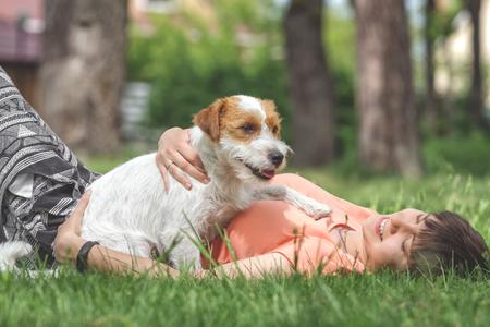 여자와 강아지는 공원에서 놀아요. 스톡 콘텐츠