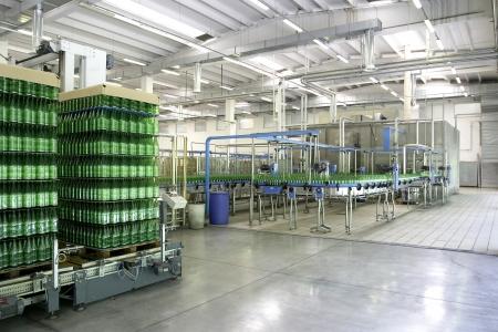 linea de produccion: planta de embotellado de L�nea de Producci�n Foto de archivo