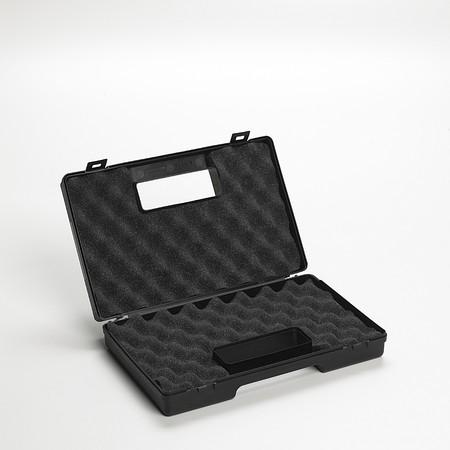 starr: Starre Koffer mit Kombination isoliert auf wei�em Hintergrund