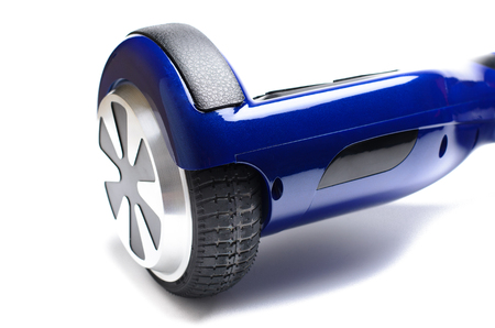 circuitos electricos: Close Up de doble rueda Auto Equilibrio eléctrico Monopatín inteligente Vespa en el fondo blanco Foto de archivo
